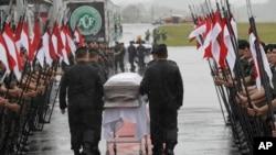 Des soldats rendent hommage aux joueurs tués dans un crash d'avion en Colombie à l'arrivée de leurs dépouilles à Chapeco, au Brésil, 3 décembre 2016.