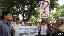 Người biểu tình cầm áp phích chống Trung Quốc diễu hành gần sứ quán Trung Quốc ở Hà Nội, 10/7/2011