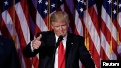 美国总统川普在纽约曼哈顿的竞选夜集会上(2016年11月9日)