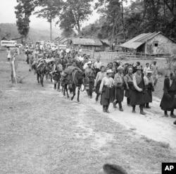 1959 年5月13日,一批西藏难民经过在喜马拉雅山区六个月的跋涉,抵达印度东南边境。(AP)