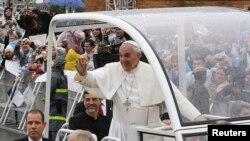 Pope Francis ariko araramutsa Abakristu igihe yashika mu kibanza gihezagiye ca Bikiramariya mu gisagara ca Aparecida, mu gihugu ca Bresil, ku musi wa gatatu, italiki 24 z'ukwezi kw'indwi