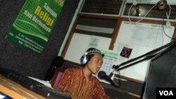 Penyiar radio komunitas pesantren di Solo, Jawa Tengah. (VOA/Yudha Satriawan)