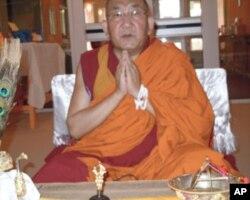 阿嘉仁波切(活佛)在美国为牧民莫日根念经祈祷