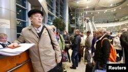 Những hành khách bị hủy chuyến bay đến Ai Cập tại bàn thông tin sân bay Domodedovo, ngoại ô Moscow, Nga, ngày 6/11/2015.