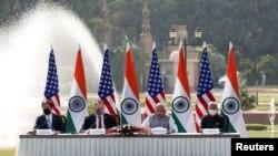 امریکہ اور بھارت کے وزرائے خارجہ و دفاع نئی دہلی میں ملاقات کے بعد مشترکہ پریس کانفرنس کر رہے ہیں۔ (فائل فوٹو)