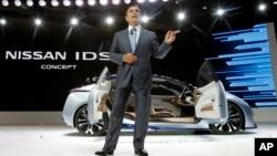"Pimpinan dan CEO Nissan Motor Co, Carlos Ghosn, memperkenalkan konsep Nissan IDS kepada media dalam Pameran Mobil ""Tokto Motor Show"" di Tokyo (28/10)."