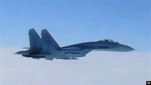 Foto yang diambil oleh Angkatan Udara Jepang dan dirills kantor Kementerian Pertahanan Jepang ini menunjukkan sebuah jet tempur Rusia SU-27 terbang melintasi kepulauan Hokkaido, Jepang, 7 Februari 2013. (AP Photo/Joint Staff Office of Defense Ministry of Japan)