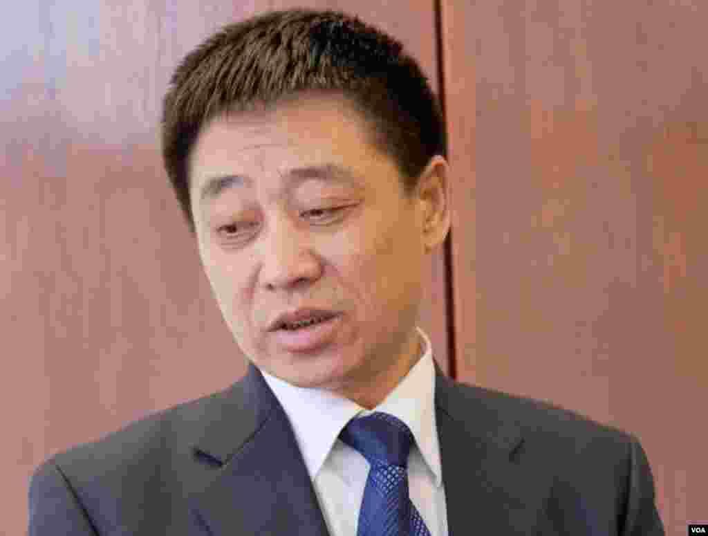 瞿铭的父亲瞿万志年初在律师事务所受访 (美国之音国符拍摄)