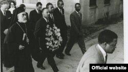 15 Μαρτίου 1965, Σέλμα Αλαμπάμα. Ο Αρχιεπίσκοπος Αμερικής Ιάκωβος με τον αιδεσιμότατο Κινγκ καταθέτουν στεφάνι στην κηδεία του ακτιβιστή για τα ανθρώπινα δικαιώματα Τζέιμς Ριμπ που δολοφονήθηκε από μέλη ρατσιστικών οργανώσεων.