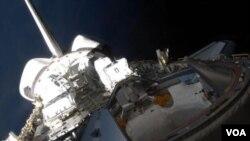 Con el fondo oscuro del espacio, aquí se ve una parte de Atlantis, incluyendo la zona de carga y el mecanismo de acoplamiento.