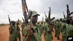 Des rebelles sud-soudanais lèvent leurs armes dans un camp militaire dans la capitale Juba, au Soudan du Sud, le 7 avril 2016.