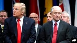 Minis Jistis ameriken Jeff Sessions ansanm ak Prezidan Donald Trump.