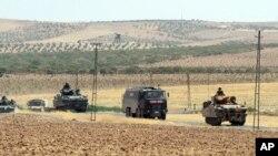 지난 27일 터키 군 병력이 국경 너머 시리아 북부 지역에서 작전을 수행한 후 복귀하고 있다. (자료사진)