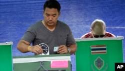 居住在主要大城市的泰國人星期天返回各省的城鎮和鄉村投票。
