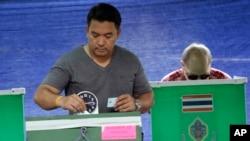 7일 태국에서 군부 개헌안에 대한 국민투표를 실시한 가운데, 방콕에 설치된 투표소에서 유권자들이 투표하고 있다.