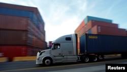 一輛卡車在美國加利福尼亞州洛杉磯市的一座碼頭搬運集裝箱。(2019年1月30日)
