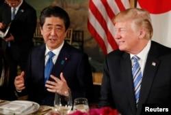 El presidente Donald Trump y el primer ministro de Japón, Shinzo Abe, durante una cena en Mar-a-Lago, la mansión del mandatario estadounidense en Palm Beach, Florida. Abril 18, 2018.
