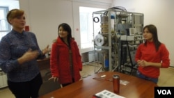 俄罗斯西伯利亚东部一所能源大学实验室中,一名越南留学生(中)同工作人员在一起讨论问题。(美国之音白桦)