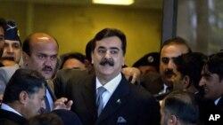 Yousuf Raza Gilani (au c.) arrive au tribunal le 13 fév. 2012