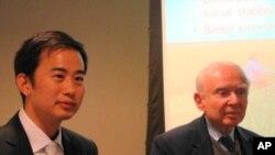 美國農村發展研究所的兩名代表(左: 朱可亮 右: 羅伊.普羅斯特曼)