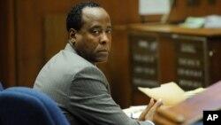 마이클 잭슨에게 수면제를 과다 투여해 숨지게 한 혐의로 재판을 받은 마이클 잭슨의 주치의 콘래드 머리가 지난 2011년 11월 열린 선고 공판에서 4년의 징역형을 선고받았다.