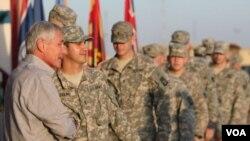 چاک هیگل وزیر دفاع ایالات متحده در دیدار با سربازان آمریکایی در عراق