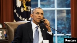 U.S. President Barack Obama speaks on the phone with Saudi Arabia's King Abdullah from the Oval Office of the White House in Washington September 10, 2014. President Barack Obama called Saudi Arabia's King Abdullah on Wednesday ahead of an evening speech