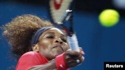 Serena Williams derrotó Sloane Stephens y logró el paso a la semifinal del torneo.