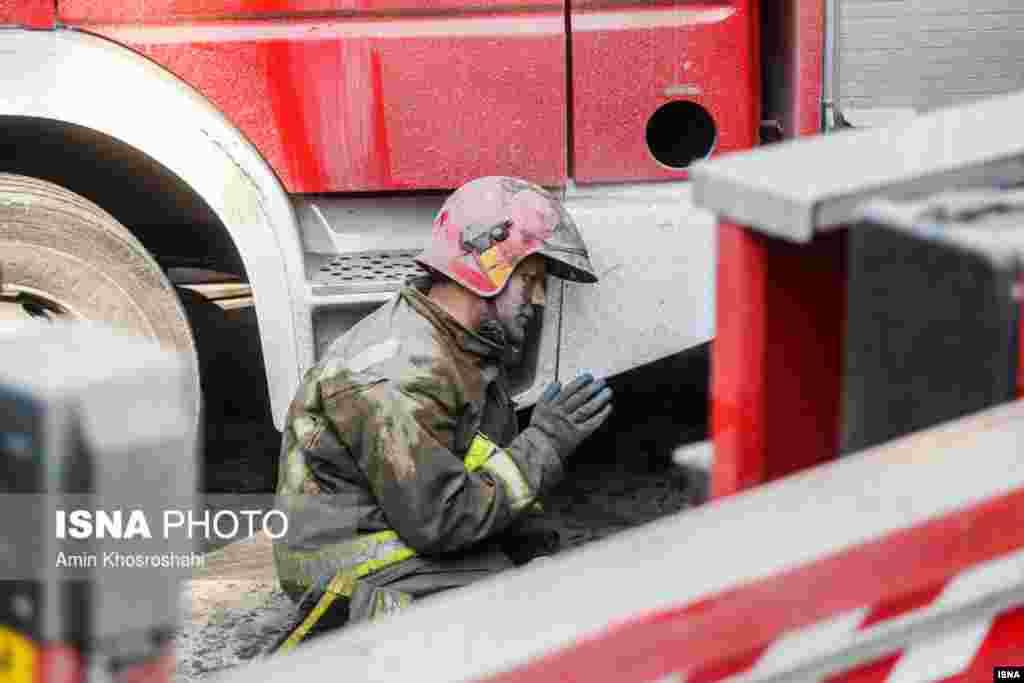 عکسهای دلخراشی از گریه و تاثر آتشنشانان در شبکههای اجتماعی منتشر شده است.