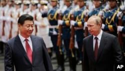 2014年5月習近平主席和普京總統在上海西郊國賓館的歡迎儀式上閱兵。中俄有聯合有競爭