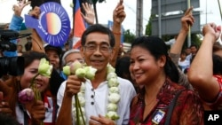 Senior member of National Rescue Party Prince Sisowath Thomico, center, poses for photographs with villagers during his visit to Boeung Kak lake, in Phnom Penh, file photo.
