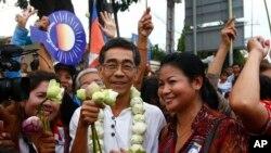 Anggota senior Partai Penyelamatan Nasional, Pangeran Sisowath Thomico (tengah) saat mengunjungi Danau Boeung Kak, Phnom Penh, kamboja, 5 Agustus 2013. (Foto: dok).