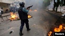Polisi menembakkan peluru karet ke arah demonstran dari kelompok Hifazat-e-Islam dalam protes yang rusuh di Dhaka (5/5).