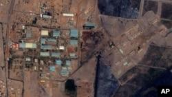 Foto satelit atas pabrik senjata di komplek militer Sudan menunjukkan bukti serangan udara telah meledakkan pabrik tersebut (foto: 25/10).