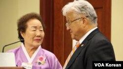 지난해 미 의회에서 열린 일본군 위안부 결의안 채택 5주년 기념행사에서, 위안부 피해자 이용순 할머니(왼쪽)와 마이클 혼다 하원의원.
