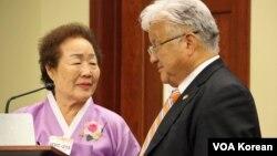 25일 미 의회에서 열린 일본군 위안부 결의안 채택 5주년 기념행사에서, 위안부 피해자 이용순 할머니(왼쪽)와 마이클 혼다 하원의원.