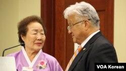 지난 2012년 미 의회에서 열린 일본군 위안부 결의안 채택 5주년 기념행사에서, 마이크 혼다 하원의원(오른쪽)이 위안부 피해자 이용순 할머니(왼쪽)와 이야기하고 있다.