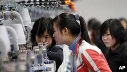 북한 평양의 의류공장에서 일하는 여성 근로자들 (자료사진)