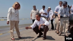 Presiden AS Barack Obama mengunjungi salah satu pantai yang terkena dampak tumpahan minyak di kawasan Teluk Meksiko.