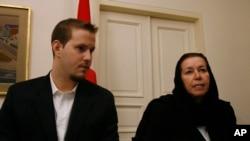 دنیل لوینسون در کنار کریستین لوینسون، همسر باب لوینسون - آرشیو