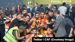 Les joueurs de l'Espérance de Tunis célèbrent leur 3e sacre en Ligue des champions d'Afrique après leur victoire contre Al-Ahly 3-0, en match retour, à Tunis, le 9 novembre 2018. (Twitter/CAF)