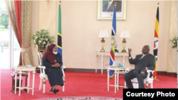 Rais Samia Suluhu Hassan akiwa na mwenyeji wake Rais Yoweri Museveni, Kampala, Uganda.