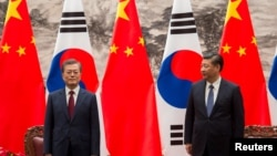 Президент Южной Кореи Мун Чжэ Ин и председатель КНР Си Цзиньпин. Пекин. 14 декабря 2017 г.