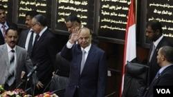 Presiden baru Yaman, Abd-Rabbu Mansour Hadi melambai saat tiba di parlemen Yaman di Sana'a untuk diambil sumpahnya (25/2).
