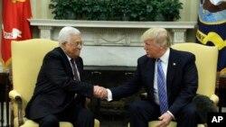 川普總統在白宮橢圓形辦公室同巴勒斯坦領導人阿巴斯會晤期間握手 (2017年5月3日)