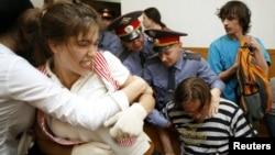 Cảnh sát đẩy những người biểu tình ủng hộ ban Pussy Riot ra khỏi khuôn viên tòa án khi phiên tòa đang diễn ra