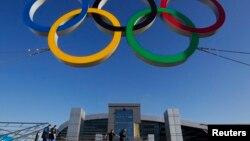 Ring olimpiade dipasang di depan stasiun kereta di kota Sochi, Rusia (foto: dok).