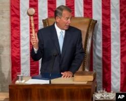 美国众议院议长贝纳当选连任(第三任)议长后举起小木槌(2015年1月6日)