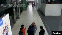 Ông Kim Jong Nam mang ba lô tại phi trường Kuala Lumpur.
