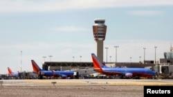 Bandara internasional Sky Harbor di Phoenix, Arizone ditutup 3 jam lebih setelah polisi mengejar tersangka penembak yang bersembunyi Kamis 18/9 (foto: dok).